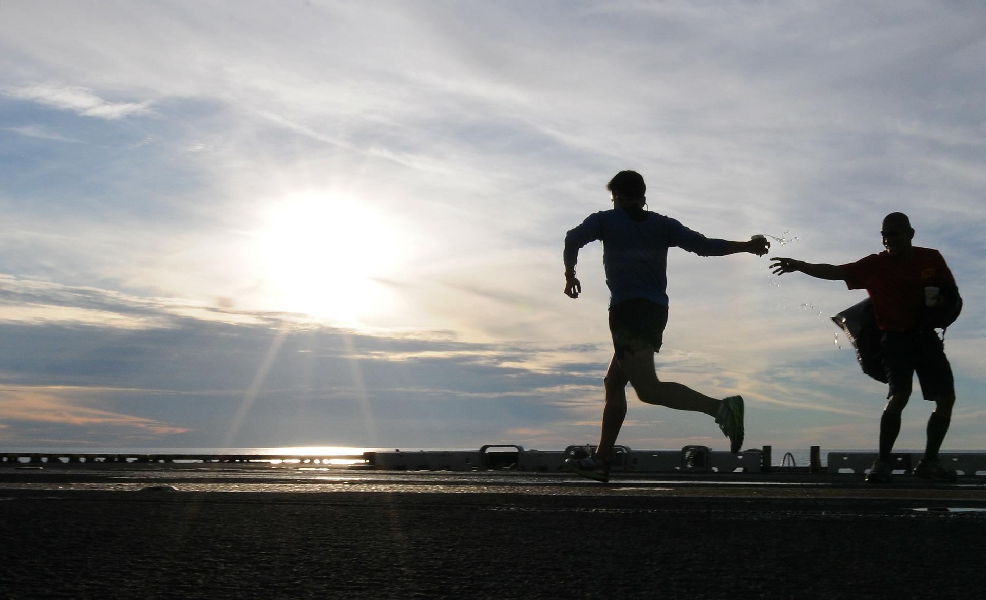 Läufer bekommt Wasser-Welche Sportuhr passt zu mir?